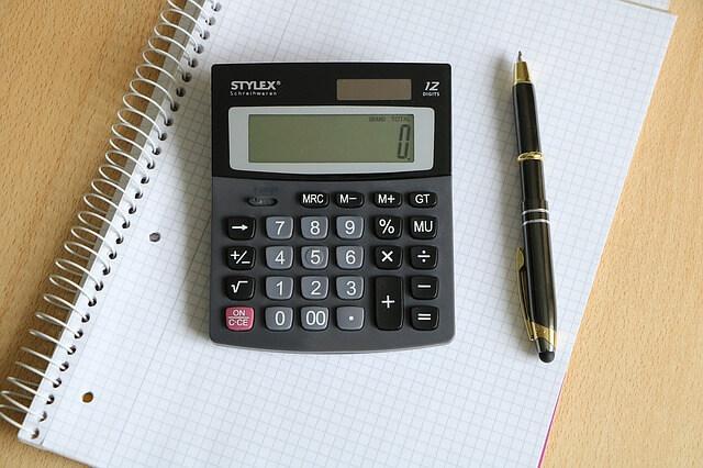 Taschenrechner mit Stift und Notizblock