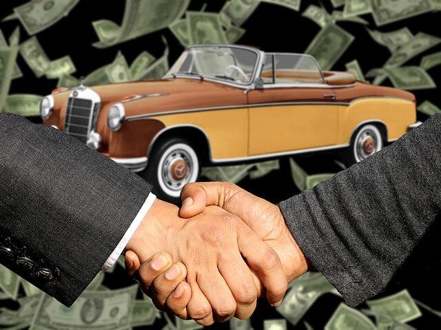 Handschlag zwischen 2 Männern und im Hintergrund sind ein Auto und Geldscheine reinkopiert worden