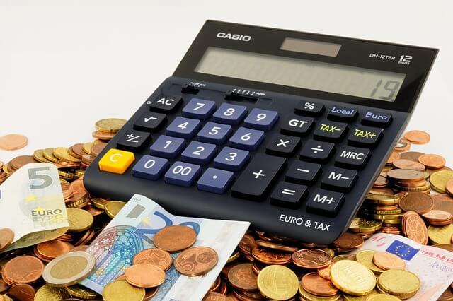 Taschenrechner mit Kleingeld und Geldscheinen