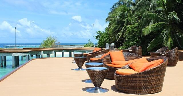 Urlaubsfoto mit Palmen und Sitzmöbeln