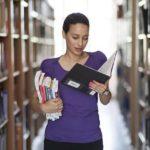 Lernende Frau in der Bibliothek