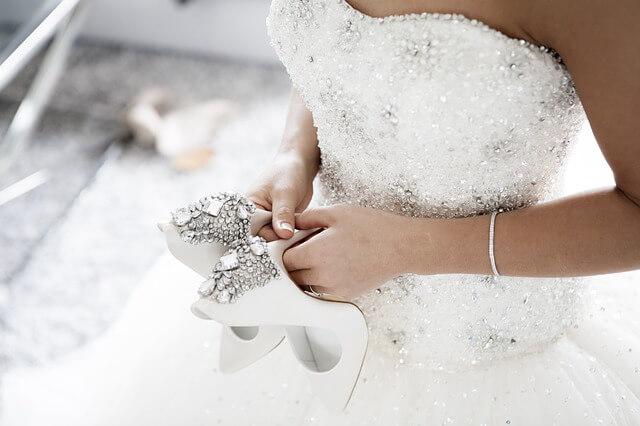 Frau in einem weißen Hochzeitskleid