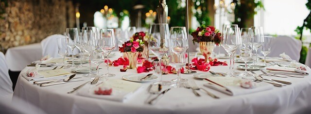 Eingedeckter Tisch für eine Hochzeitsfeier