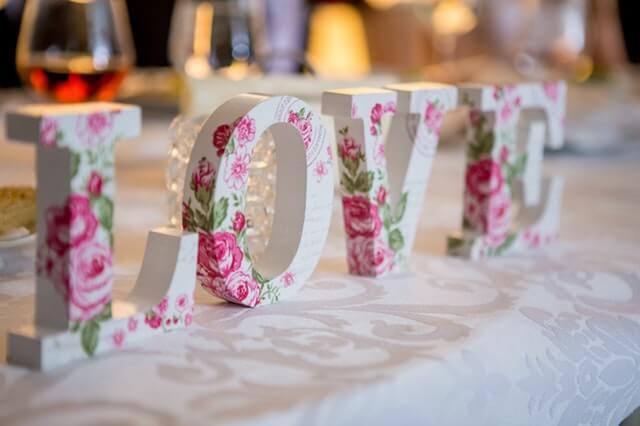 """""""LOVE""""-Schriftzug aus Holzbuchstaben"""