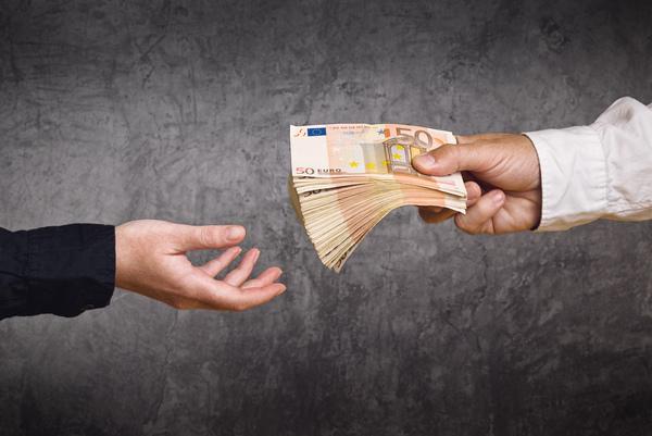 Mann übergibt Kunden zahlreiche 50 Euro Scheine