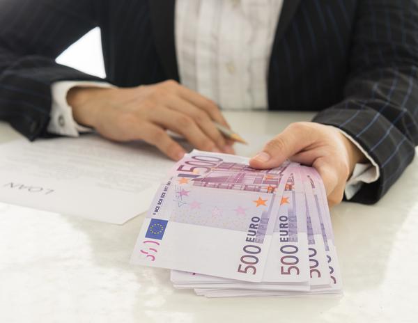 Mann übergibt Kunden viele 500 Euro Scheine