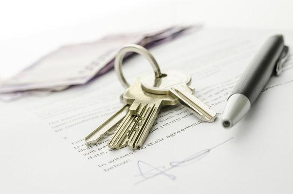 Schlüssel auf einem Immobilienkaufvertrag
